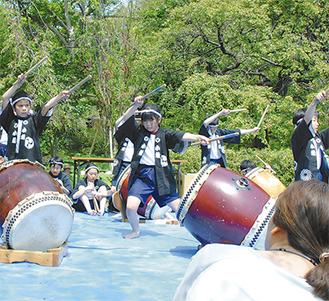 和太鼓を演奏する馬場小学校の児童