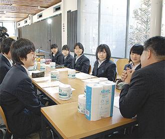 会談する寺尾中(左)、末吉中の生徒