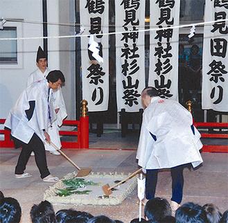 過去の田祭りの様子(鶴見神社提供)。春の田起こしから秋の収穫まで一連の農作業を演じる