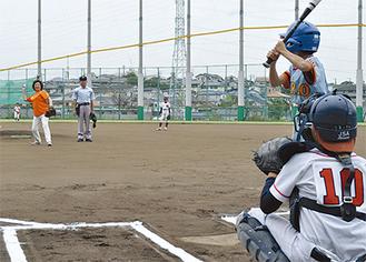 伊藤学長による始球式