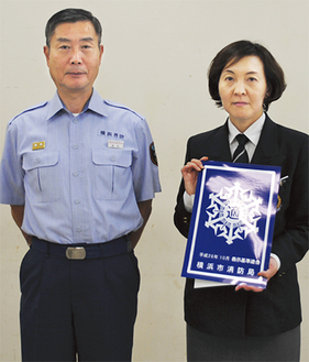 適マークを掲げる鍵和田支配人(右、左は高松益樹所長)
