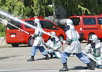 消火訓練を行う団員(写真提供は鶴見消防団)