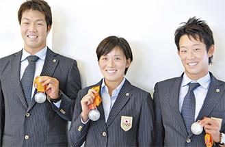 銀メダルを掲げる3人
