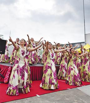 空に近い屋上ステージで踊る参加者