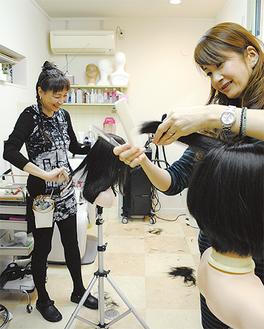 美容師の菅谷さん(左)と山崎さん