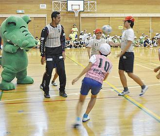 実践形式のゲームで交流を深める選手と児童
