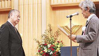 表彰する瓜生支部長(右、左は鶴見青色申告会の三橋忠司会長)