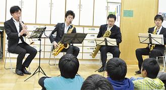 演奏する椿さん(左)ら