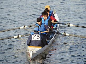 鶴見川の漕艇を楽しむ参加者