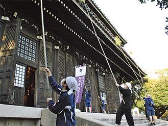 5mほどある竹ぼうきですすを落とす修行僧と生徒