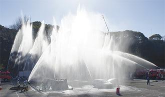 消防車などから水柱が上がる一斉放水(昨年)