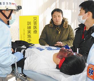 模擬患者を囲む救急隊や医療関係者