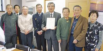 高松署長(中央左)と自治会メンバー