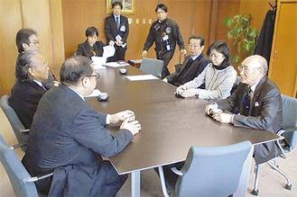 懇談する長谷川会長(右手前)と征矢雅和区長(左手前)ら