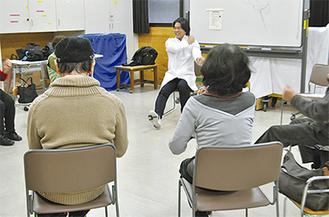 東太田さん(中央奥)に合わせ体操する参加者