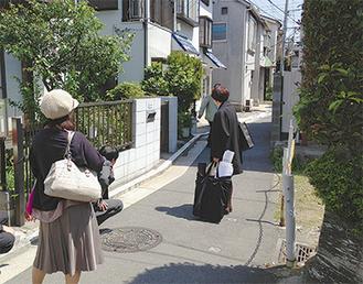 まち歩きで狭あい道路を視察する住民ら