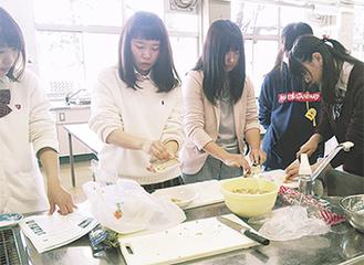 豚汁を試作する生徒ら