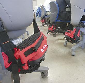 職員の座席に設置された防災バッグ
