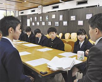 実行委員(右)を仲介役に会談する両校生徒