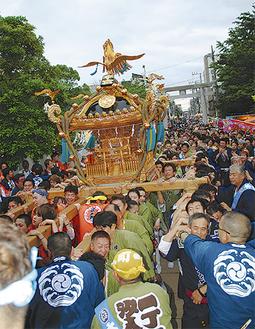 昨年も大盛況だった神輿の様子=潮田神社提供