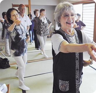 元気ソングに合わせてダンスを練習するメンバー
