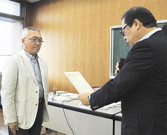 表彰を受ける岸本会長(左)
