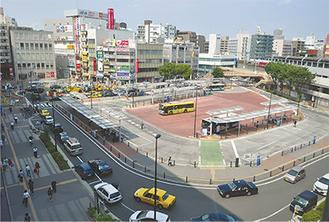 タクシー待機所(写真左奥)付近で整備中の東口(6月26日サルビアホールから撮影)