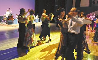 生演奏に合わせてダンスを楽しむ参加者