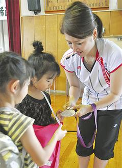 銀メダルに触れる体験の場も作った藤井選手(右)