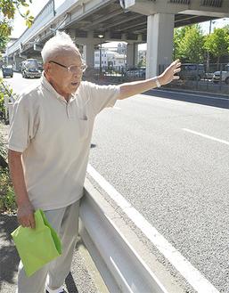 兄の戦死した現場に案内する椎橋さん