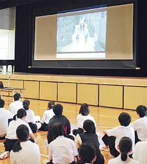 DVDを視聴する生徒
