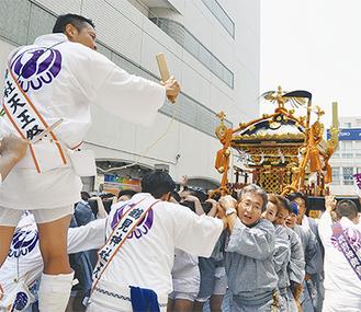 JR鶴見駅西口の広場に入ってくる大神輿