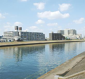 市街地に囲まれた鶴見川