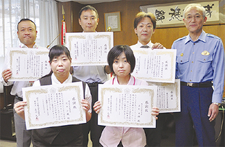 石川署長(右)と職員