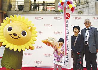 記念セレモニーで花束を受け取る熊谷美香さんと母親の晶子さん(右・栗原プレジデント)