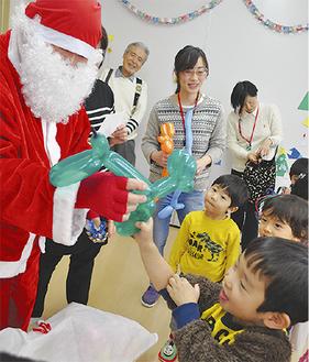 サンタからのプレゼントに喜ぶ子どもたち
