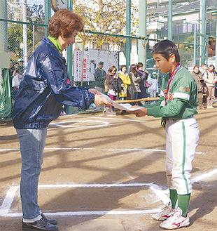 鶴大・伊藤克子学長から表彰された矢野くん