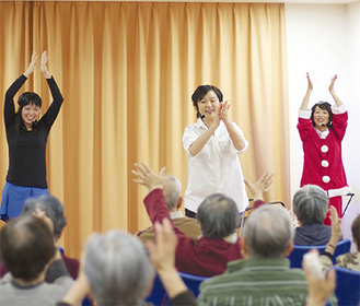 観客も参加した100回目の公演
