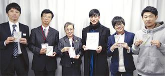 寄付を贈呈した学生と野口理事長(右から4人目)。左2人はゼブラ社員