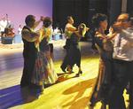 ジャズフェスティバルで踊る参加者
