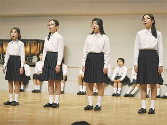 全国2位の美声を披露する上寺尾小合唱部の児童