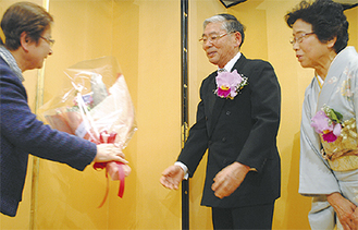 花束を受け取る河西さん(中央)