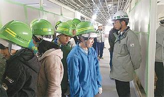 建設中の内部を見学する児童