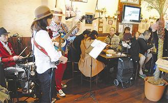 「ななまかい」で料理と音楽を楽しむ参加者