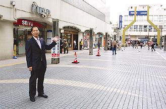 会場の広場を紹介する小川会長