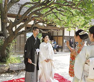 横溝屋敷の自然に囲まれながら祝福される古矢さん夫婦