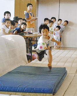 ボールにタッチしようと飛び込む児童