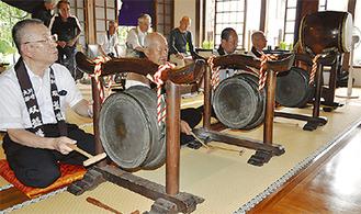 双盤を鳴らし念仏を唱える講員ら