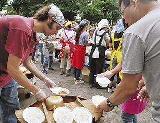 炊き出しなどで使う大鍋から振舞われたカレー
