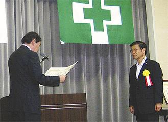 表彰を受ける寺嶋代表(右)